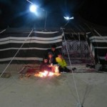 -أسرة تتدفأ أمام شبة النار