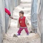 طفل من لاجئي كوباني يمسك بيد طفل -