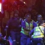 طاقم-طبي-ينقل-أحد-المصابين-من-المقهى-الذي-احتجز-فيه-مسلح-رهائن-في-سيدني-150x150