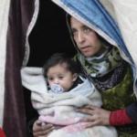 لاجئة-سورية-تحمل-رضيعا-150x150