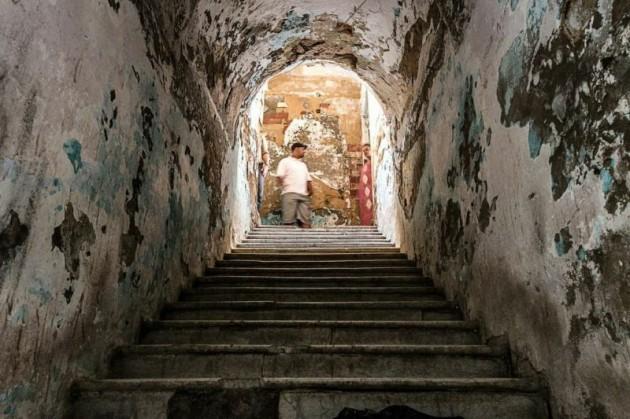 يصعد منصور الدرج ليلقي التحية على عائلته